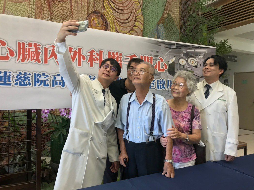 花蓮慈濟醫院外科主任張睿智(左一)開心與已康復的許恩禮(左二)自拍留念。記者王思...
