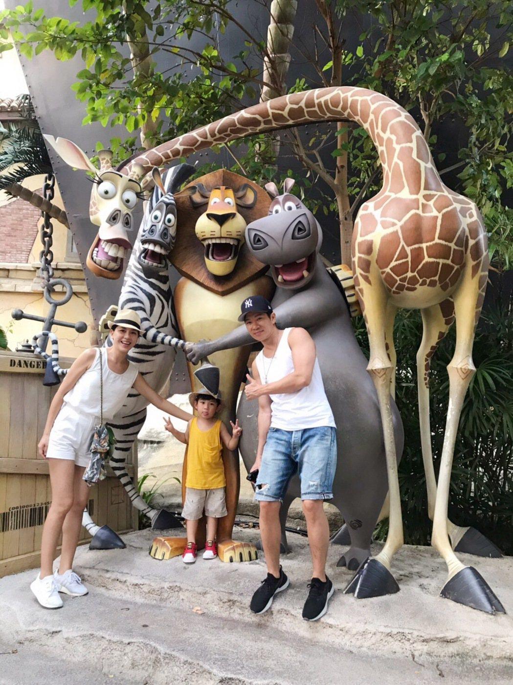 張家慧(左)一家三口到新加坡旅遊。圖/周子娛樂提供