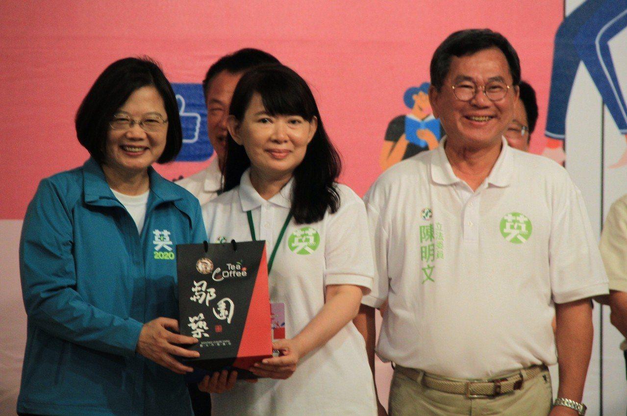 陳明文妻子廖素惠(左二)。記者卜敏正/攝影