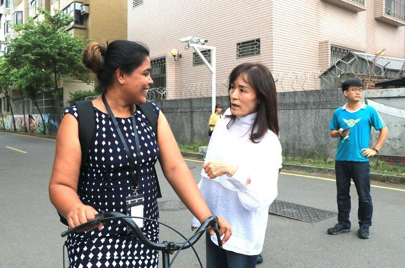 成大校長蘇慧貞(中)在校園內關心學生登革熱防疫情況。圖/成大提供