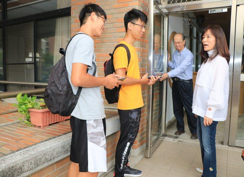 成大校長蘇慧貞(右)在校園內關心學生登革熱防疫情況。圖/成大提供