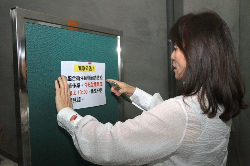 成大校長蘇慧貞在校園內關心學生登革熱防疫情況。圖/成大提供