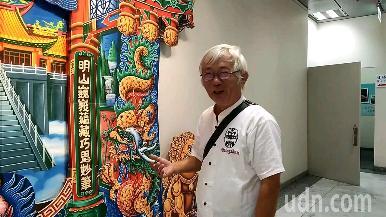 陳明山現場介紹傳統布袋戲布景的繪製方式。記者陳玫伶/攝影