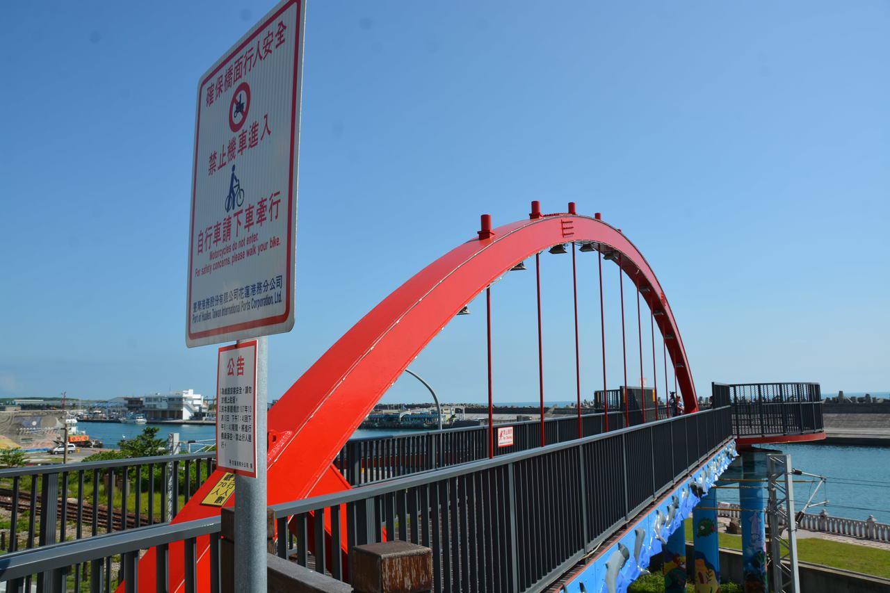 花蓮港區景觀橋限重70人,只要辦活動湧入人潮,港警會前往疏導。記者王思慧/攝影