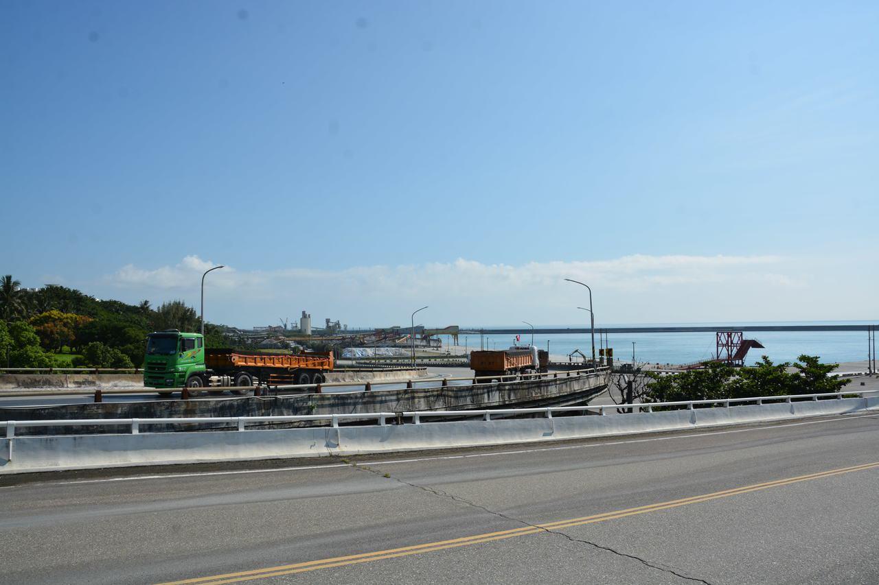 花蓮港22、24號橋時常有砂石車進出,目前使用均正常。記者王思慧/攝影