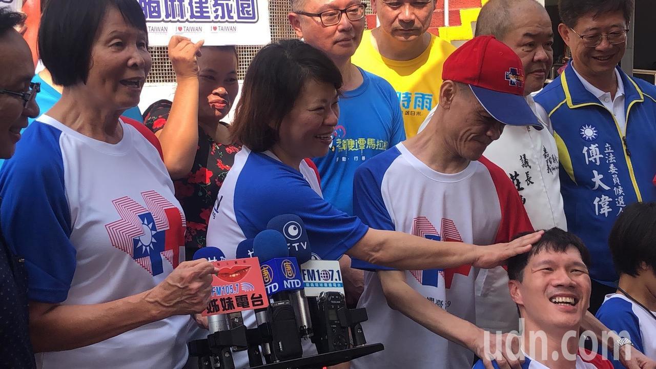 市長黃敏惠(左二)、希望基金會董事長紀政(左一)等人帶領腦麻患者,為活動暖身。記...