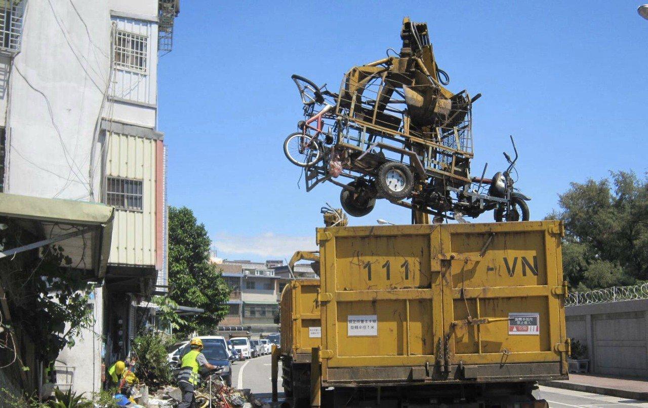 住戶巷口堆回收物 警方會同環保局強制清運