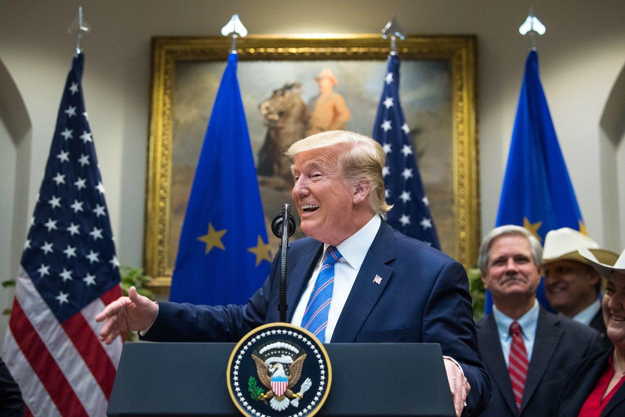 今年8月美國與歐盟簽定牛肉貿易協議,美國總統川普致詞時神情偷悅。 歐新社