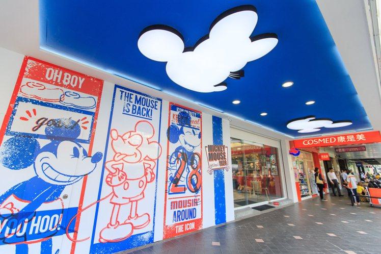 7-ELEVEN「米奇與好朋友主題店」位在台北小巨蛋附近的台場門市,從大門口的裝...