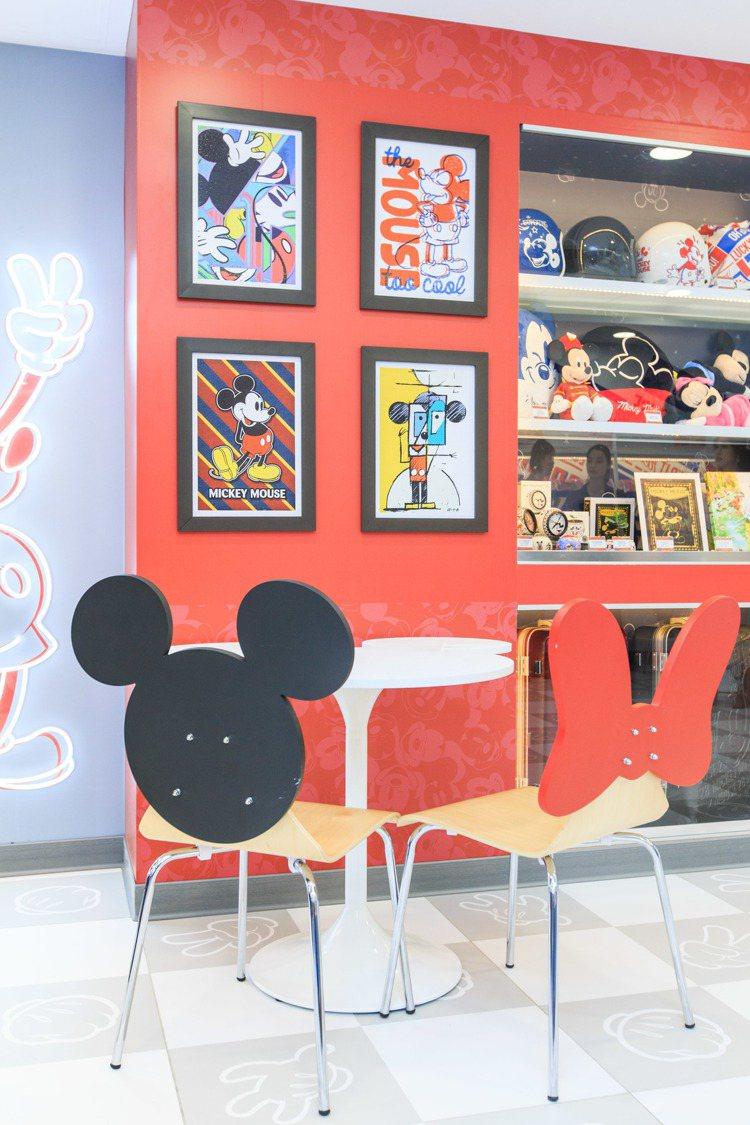 7-ELEVEN「米奇與好朋友主題店」的48個座位採用大頭米奇與米妮蝴蝶造型椅子...