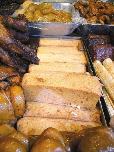 三軍總醫院營養師謝昀臻指出,同樣100公克百頁豆腐的油脂高達17公克,是同重量傳...