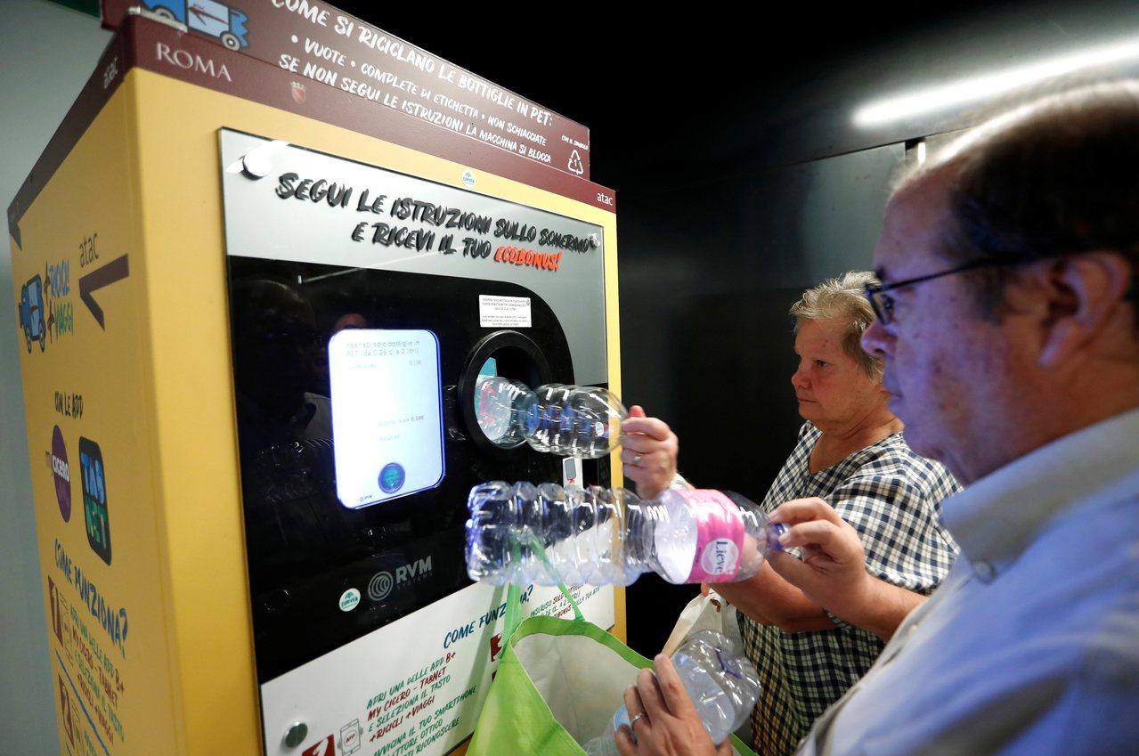 義大利首都羅馬為了解決垃圾問題,在3個地鐵車站裝設寶特瓶回收機,讓民眾可以用寶特...