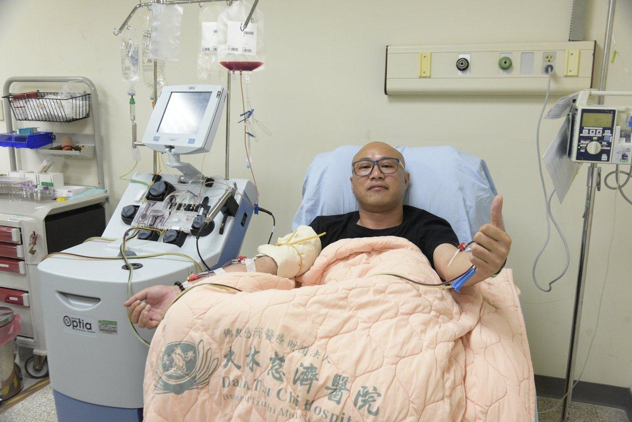 張侑翔在醫院執行周邊血幹細胞捐贈時,對鏡頭比讚。圖/大林慈濟醫院提供