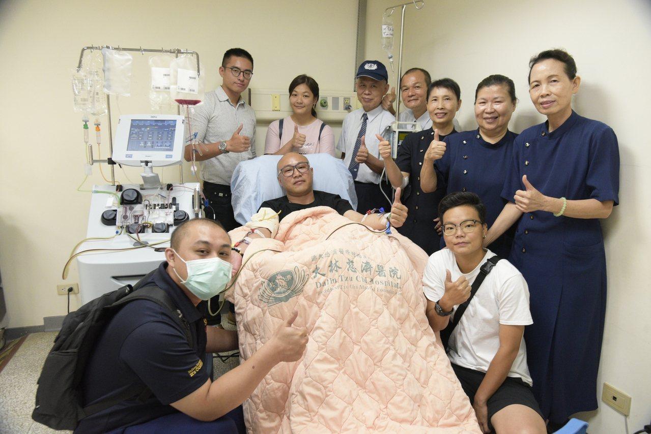 大林慈濟醫院志工至醫院探望張侑翔(左三),感謝他的大愛。圖/大林慈濟醫院提供