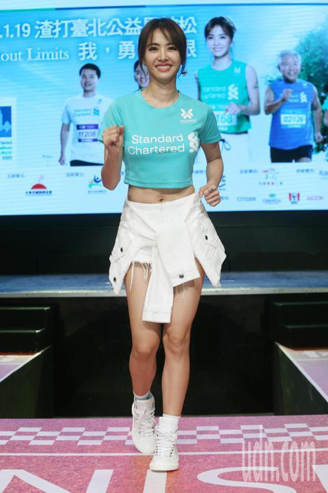 蔡依林今天出席2020渣打馬拉松記者會,以一席性感的運動風穿著代言馬拉松活動。