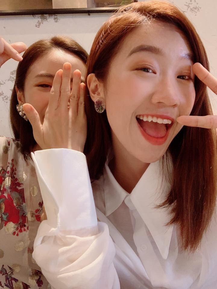 Lulu(右)和吳姍儒交情好,私下喜歡搞笑,遮臉搶鏡都沒關係。圖/Lulu臉書