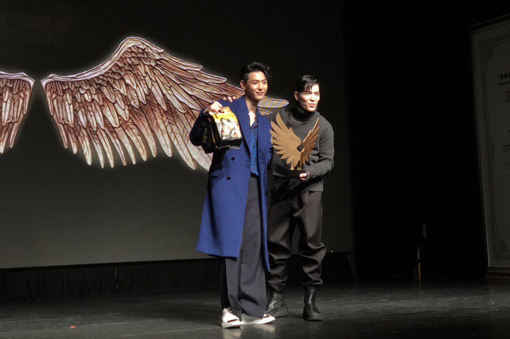 連晨翔(左)宣布加盟華納,師兄蕭敬騰送禮祝賀。記者林士傑/攝影