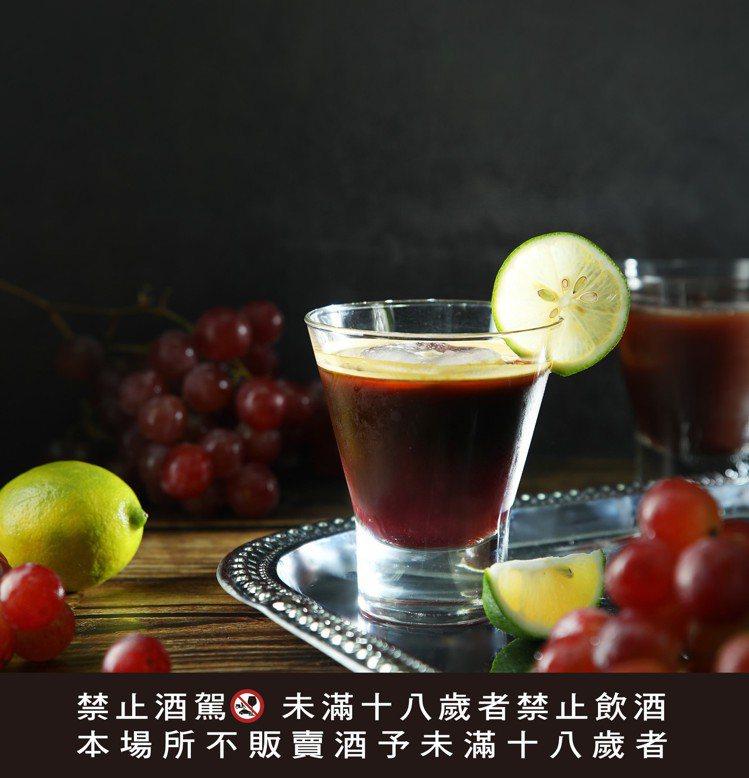 浪漫金秋,伯朗咖啡館推出浪漫版的「葡萄琴」。圖/金車提供