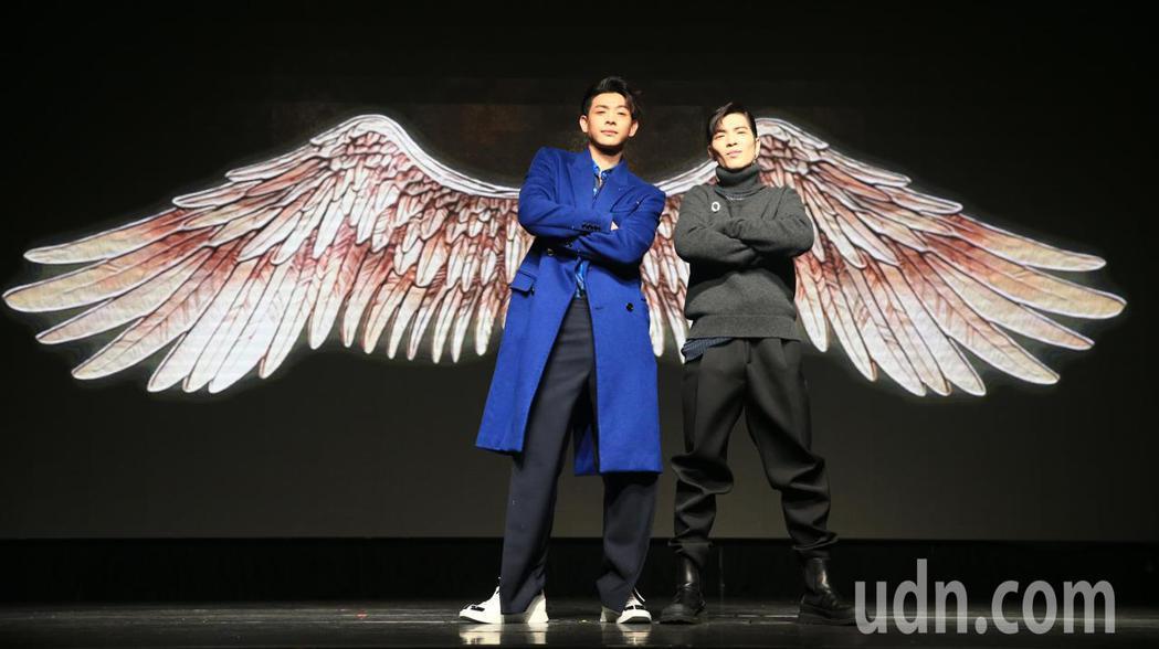 連晨翔(左)下午舉辦加盟華納簽約儀式,蕭敬騰(右)現身讚聲。記者陳正興/攝影