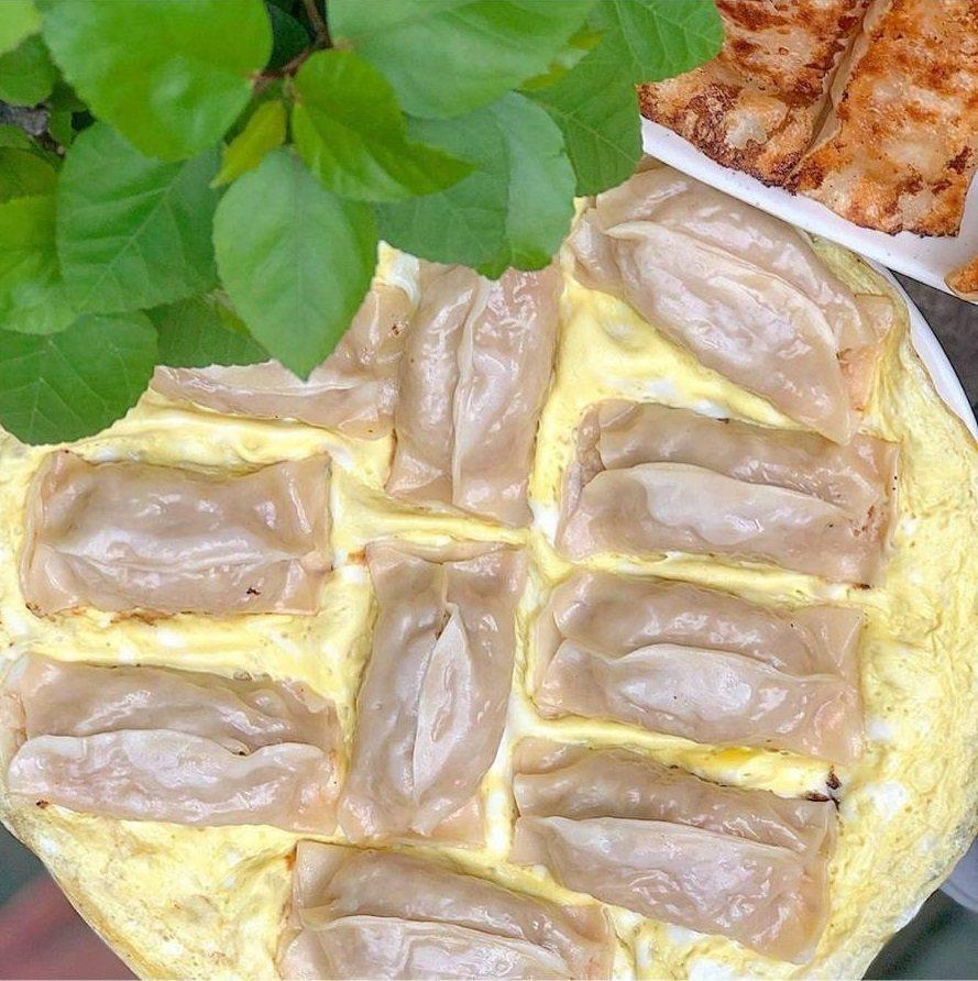 台南明仁鍋貼的特製黃金鍋貼,煎餃加蛋看起來相當豐盛。圖/FB/Blog:舞食...
