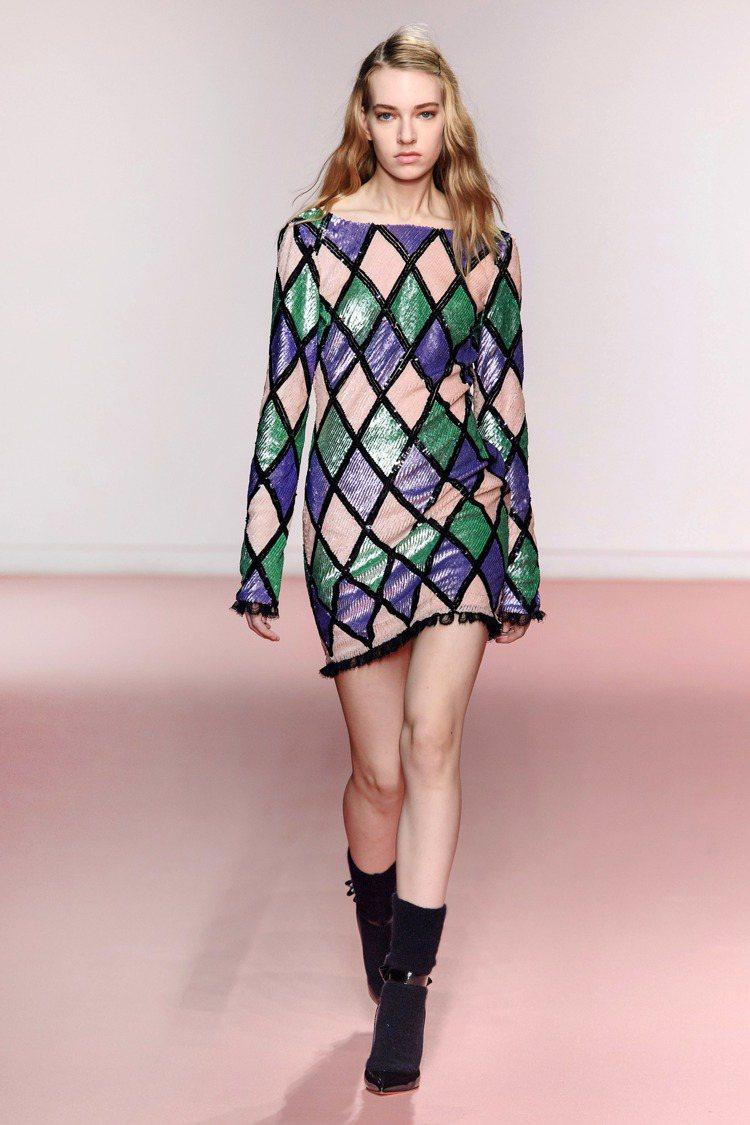亮片元素也在幾何格紋洋裝上閃耀。圖/Blumarine提供