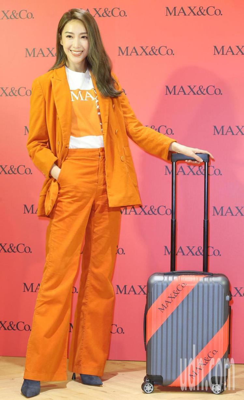 隋棠詮釋MAX&Co.暖橘色純棉西裝外套22,800元、LOGO T恤5,900...