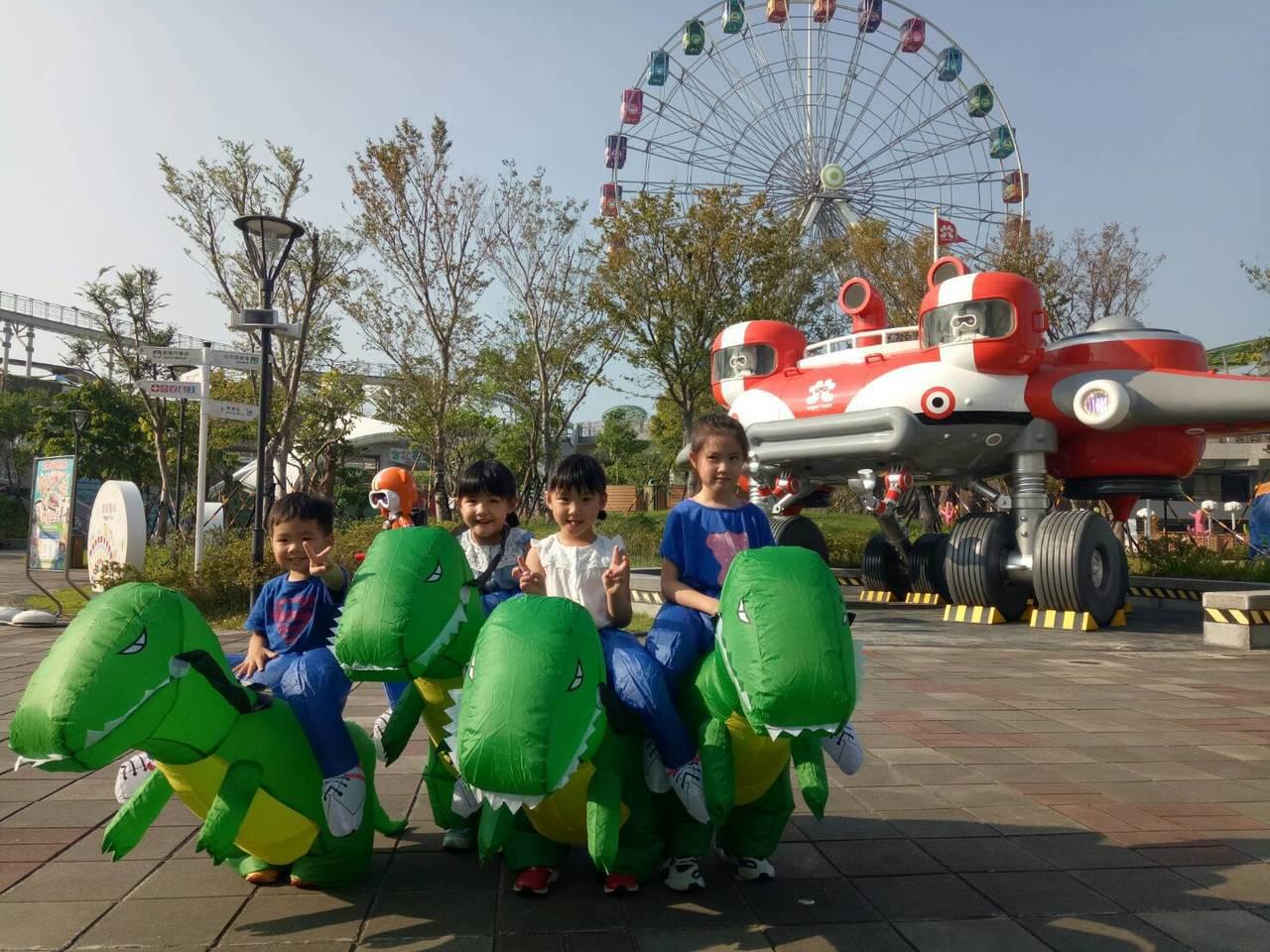 國慶日當天的「趣味恐龍賽跑」活動,每組每次5位小朋友上場比賽,第1名可獲得一日票...