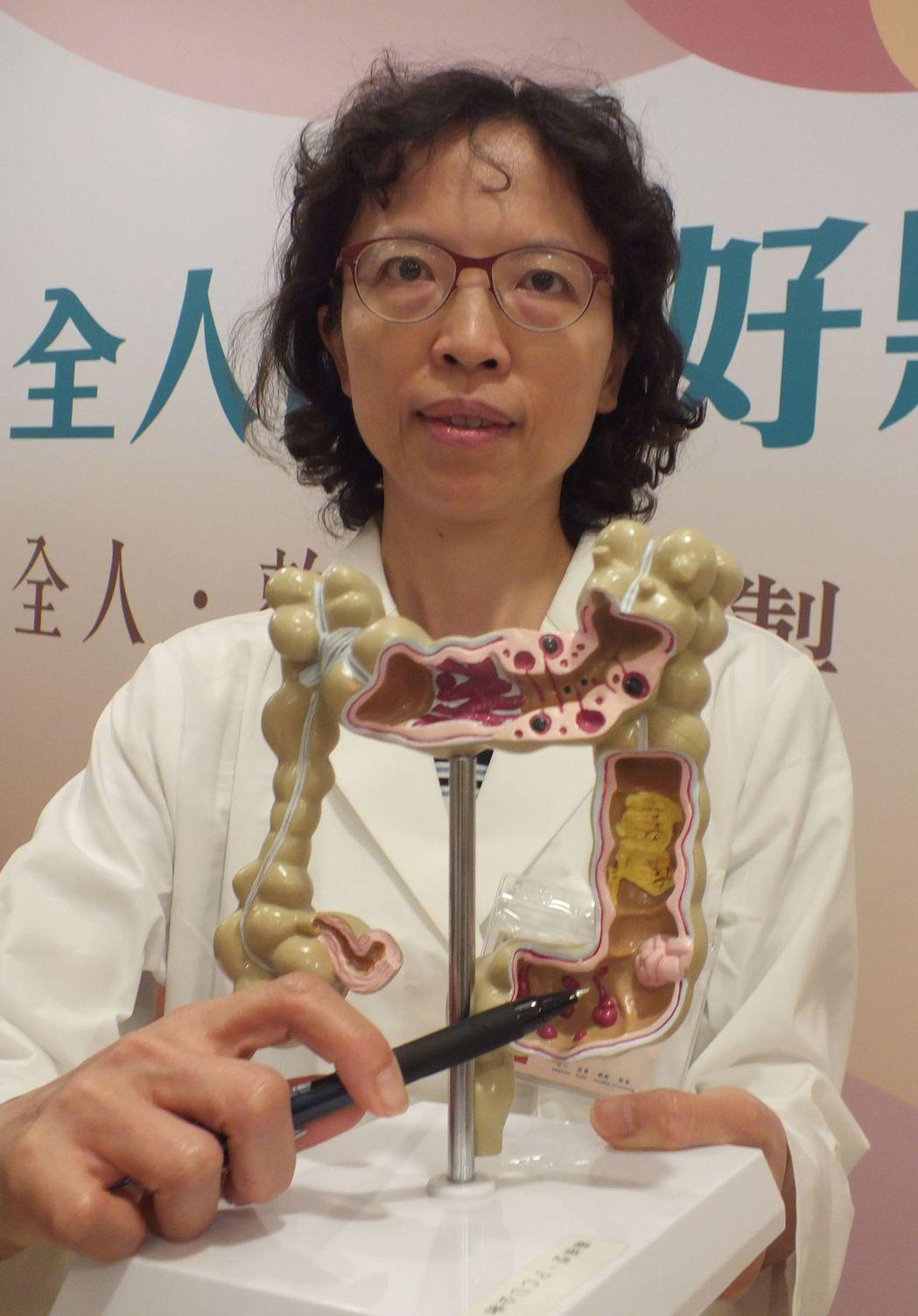 醫師王雅瑜建議,一般民眾定期做腸胃鏡檢查,檢查間隔不要超過3年,若有發現腸道有息...