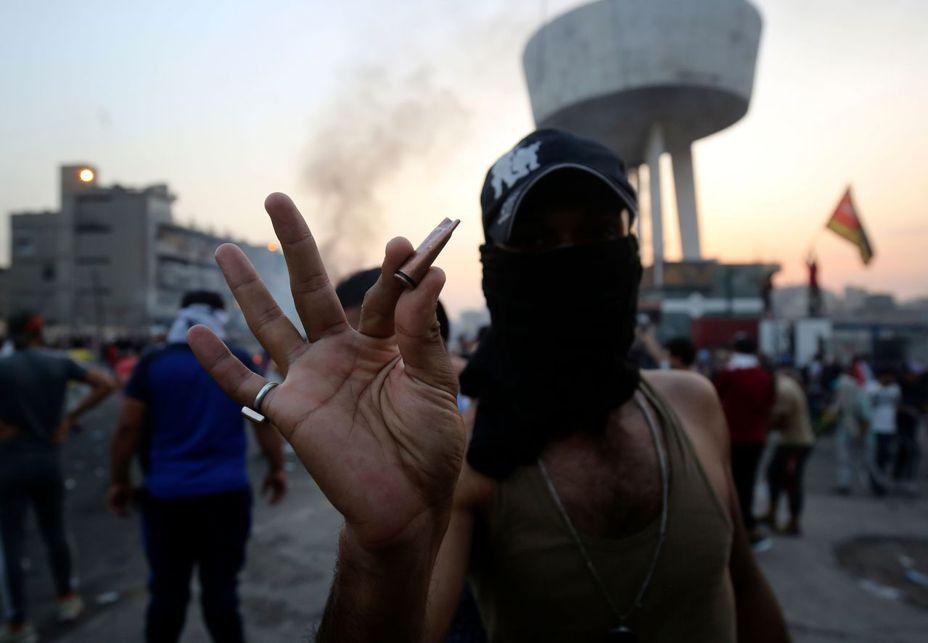 伊拉克示威者2日展示拾獲的彈頭,據稱是警用子彈。法新社
