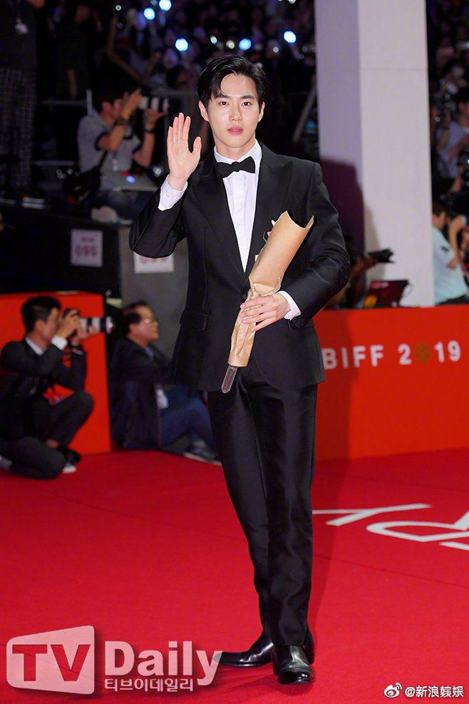 EXO隊長SUHO所到之處都是破表尖叫聲迎接,堪稱紅毯人氣王。圖/摘自微博