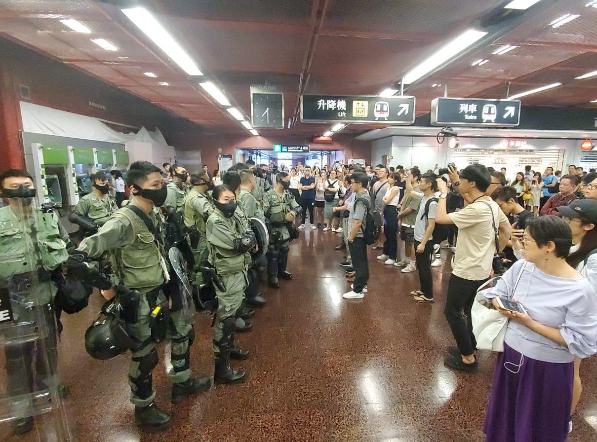 港鐵太古站發生警民對峙。圖/取自星島日報