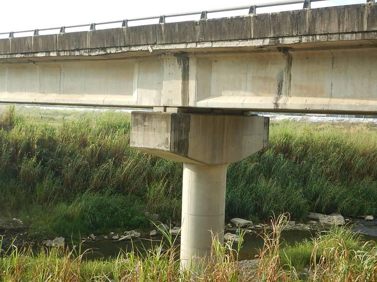 嚇!貓羅溪防汛橋巨大裂縫 網友貼危橋照引起緊張
