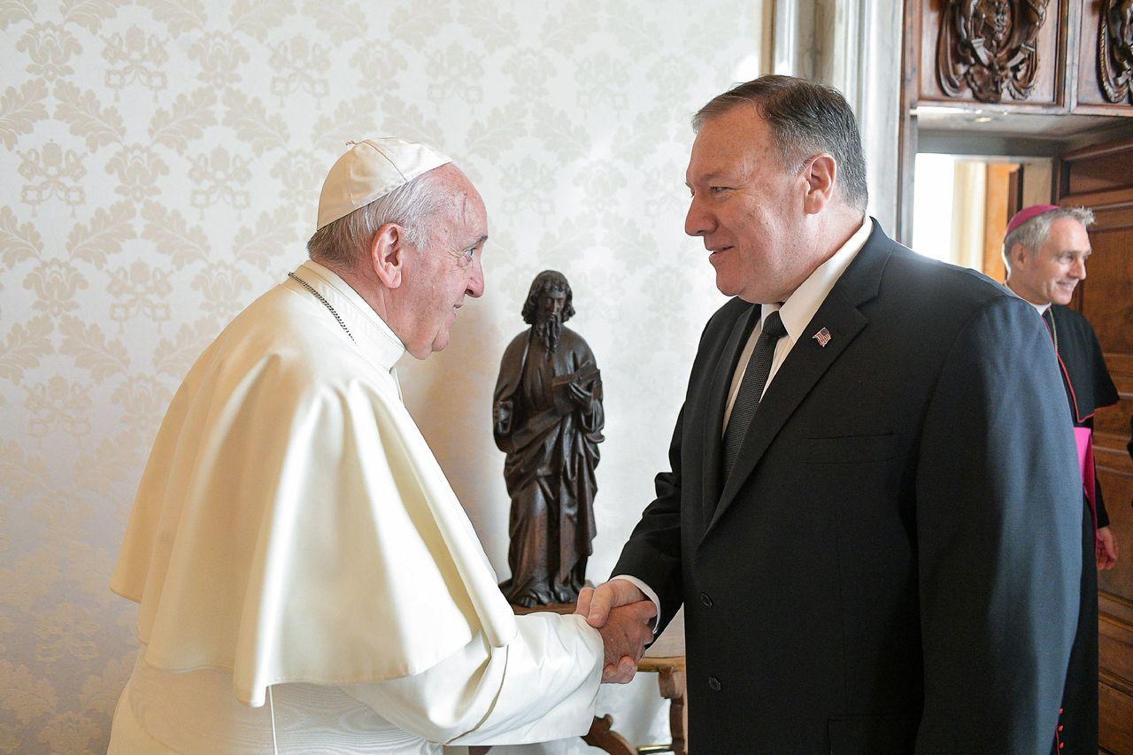 天主教教宗方濟各(左)3日接見來訪的美國國務卿龐培歐(右)。法新社