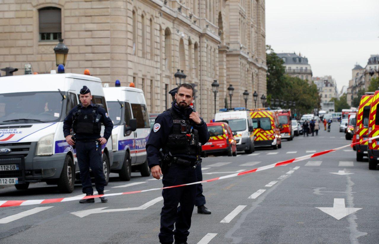 位於巴黎市區的警察總部3日發生男子持刀攻擊案,嫌犯殺害4名警察後被擊斃。圖為案發...