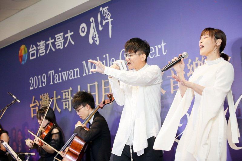 「台灣大哥大日月潭花火音樂會」 邀請歌手李佳薇、卓義峯與樂興之時管弦樂團、台大合唱團,邀聽眾一起用音樂和歌聲向美麗人生致敬。圖/台灣大哥大提供