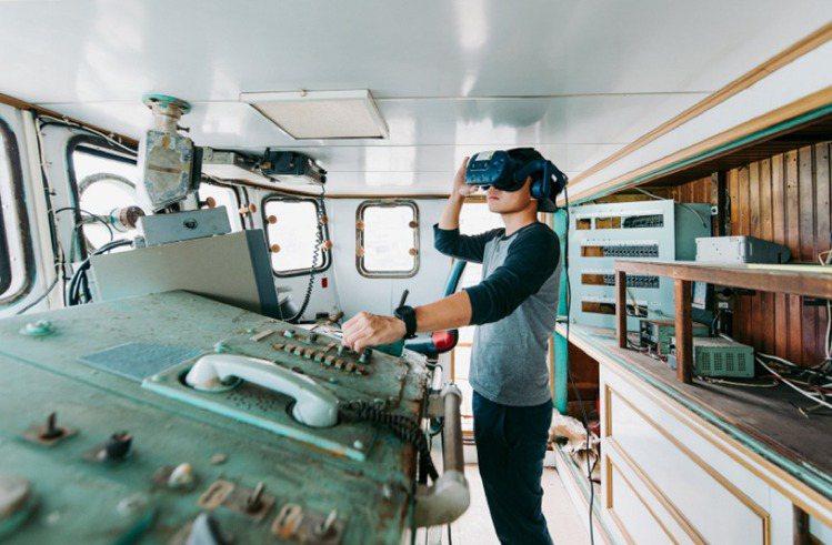 新媒體藝術家陶亞倫,以VR作品〈浮沉〉進駐船長室,觀眾透過穿戴式裝置,進入與現場...