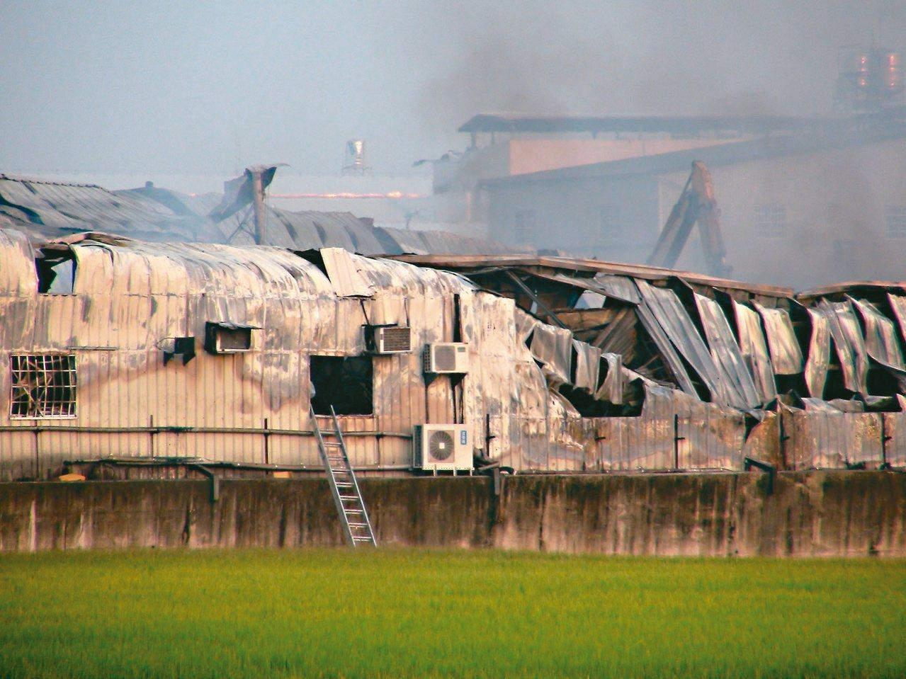 台中市大雅區一處在農地上的鐵皮工廠昨晨發生大火。 記者余采瀅/攝影