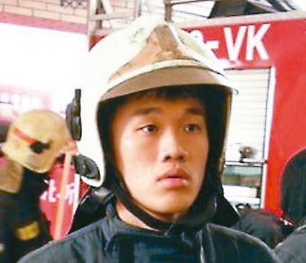 台中市消防員謝志雄昨不幸罹難,他的太太懷了雙胞胎女兒。 圖/摘自謝志雄臉書