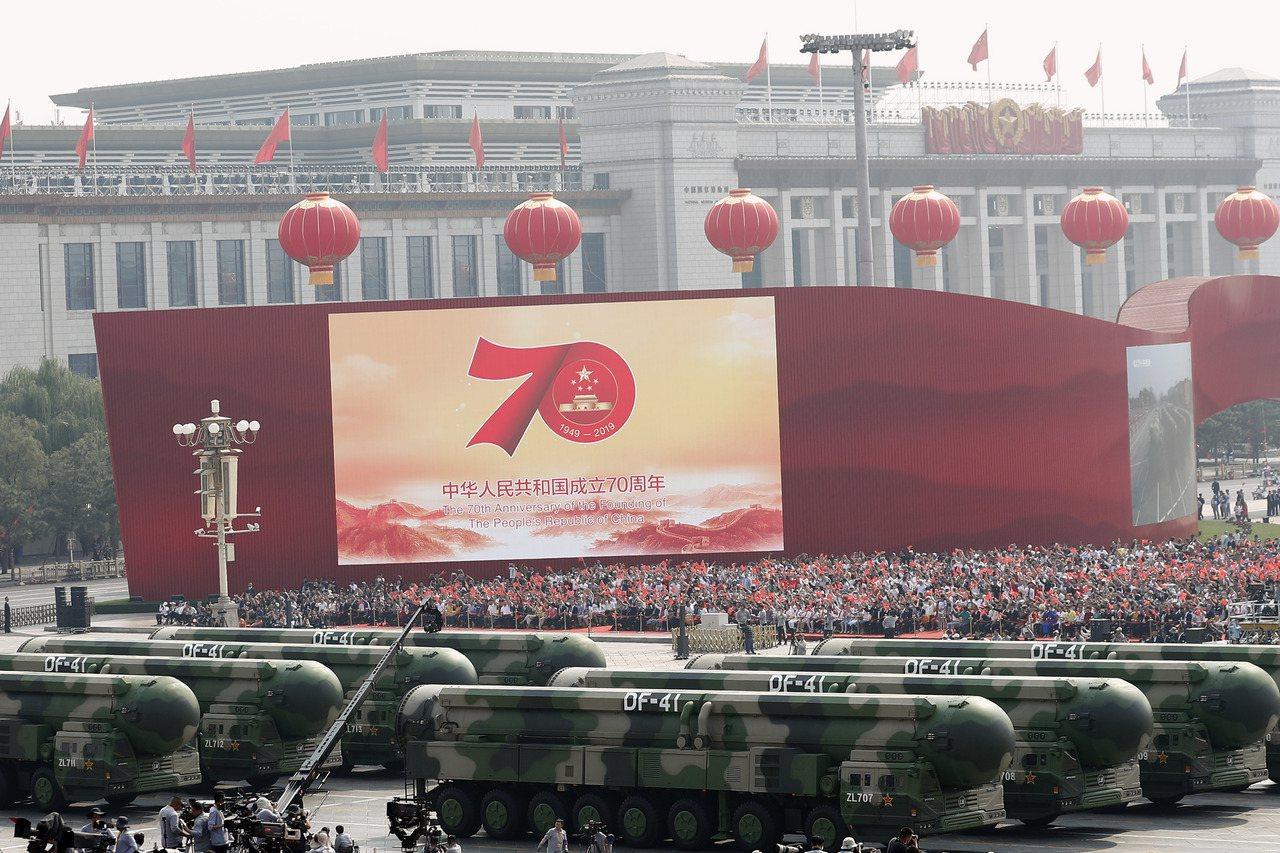 中共十一北京天安門閱兵。圖為受閱的東風-41核導彈方隊。 (中新社)