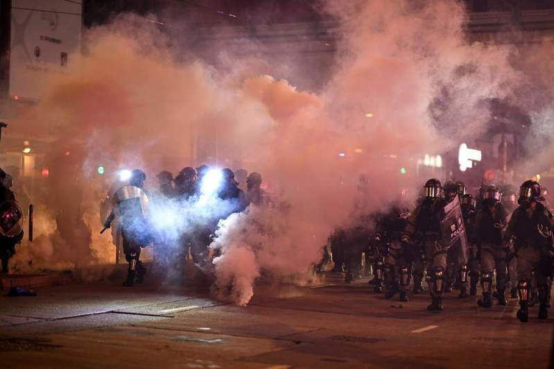 暴力示威者今日在港九新界多區大肆破壞,包括四處縱火、損毀店鋪玻璃,甚至傳出警察持槍指向示威者。法新社