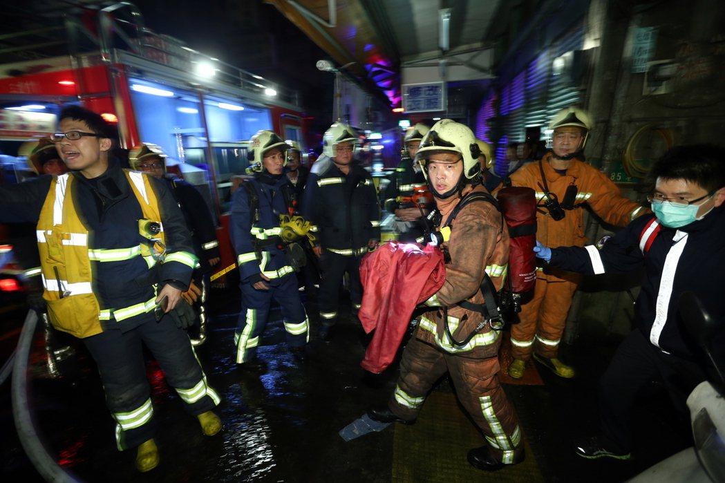中市違建工廠大火奪走兩名消防員生命,民眾在關切表達惋惜的同時,也應該要注意自己是...