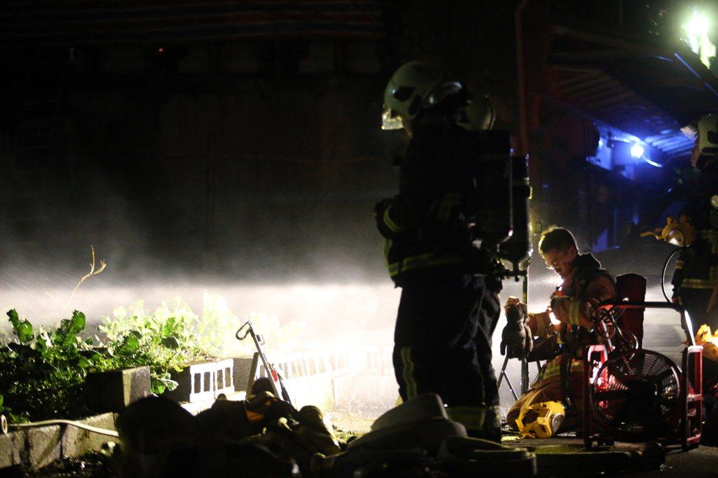 住戶對消防員下指導棋、比手畫腳,不但對救災現場毫無幫助,還會加重消防隊員的負擔。...