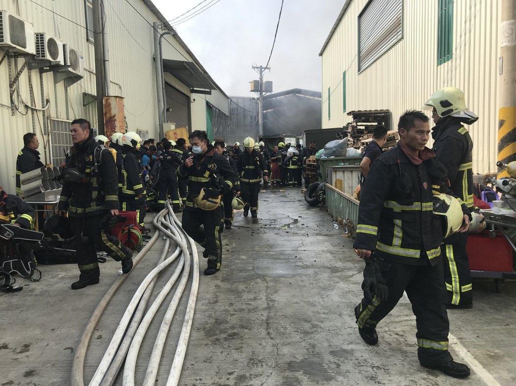 深入火場的水線對消防員有效撲滅火勢相當重要,民眾應遵照規定行駛在深黑色的「水袋橋...