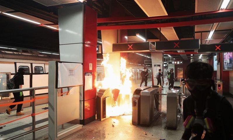 10月4日政府訂立禁蒙面法,各區都有大批人士聚集反對立法。示威者於荃灣站內投擲汽油彈縱火。 香港01記者 于俊亮 攝影