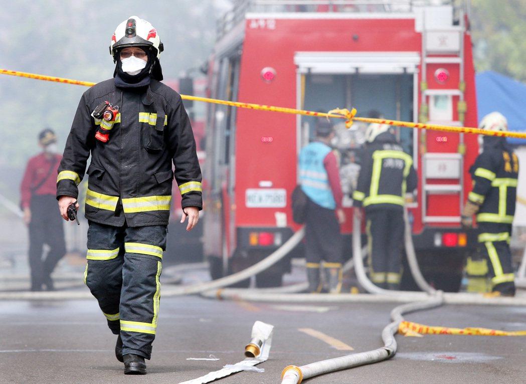 桃園敬鵬工廠大火後,消防員強忍悲痛,在火災現場忙進忙出。圖/聯合報系資料照片