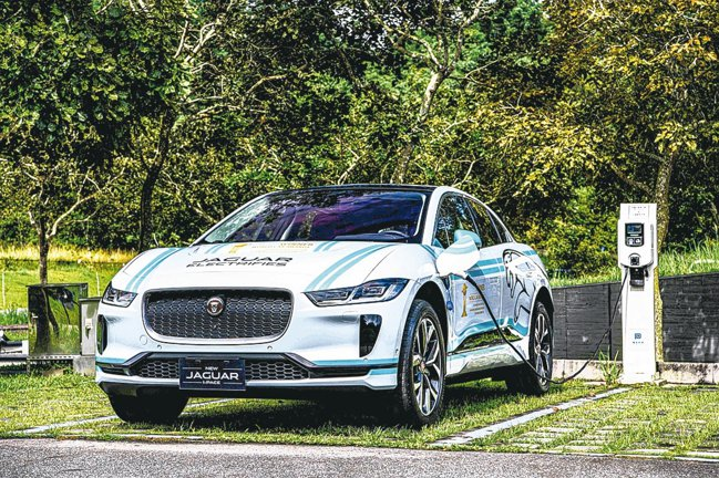 Jaguar首款純電跑車型SUV作品 I-PACE,以341萬元起在台灣展開預售...