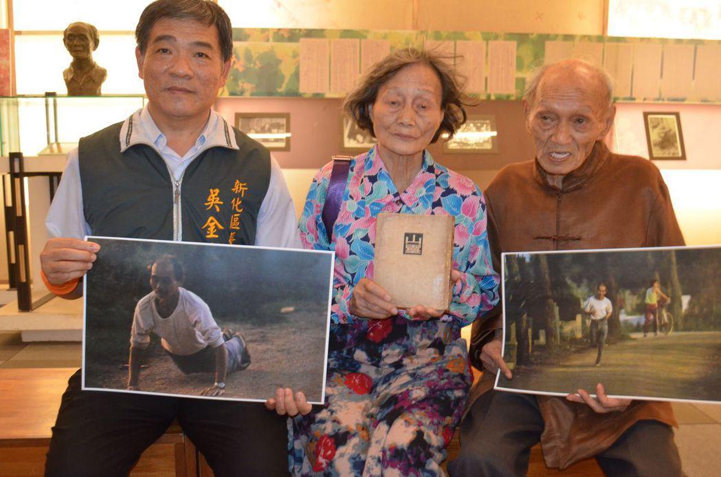 吳金喜區長(左)與楊建(右)展示楊逵運動相片。  陳慧明 攝影