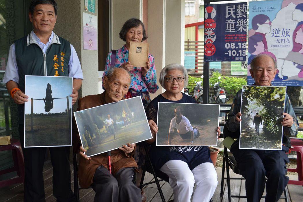 吳金喜區長(左)與楊建等人展示楊逵的運動相片及山靈一書。  陳慧明 攝影