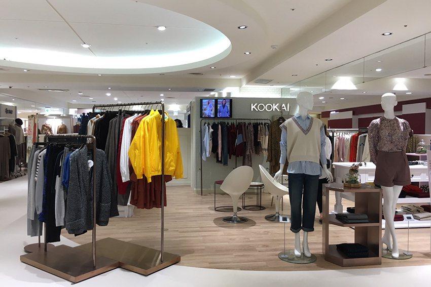 擁有眾多鐵票粉絲的KOOKAI等品牌,也將櫃位重新改裝。 SOGO百貨中壢店/提...