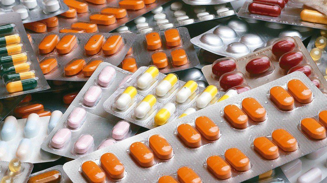 英國政府3日宣布,將管制24項藥品出口,以緩減英國藥物短缺情況。 路透
